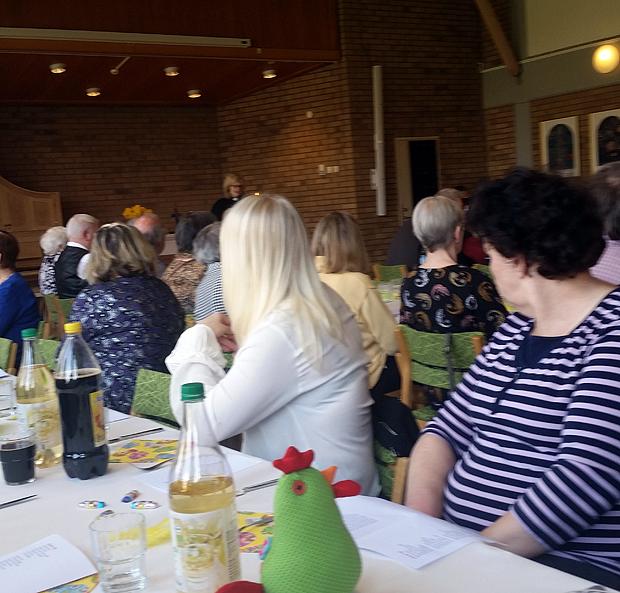 Många gäster och frivilliga hade sökt sig till Påsk i gemenskap på församlingshemmet. Till jul är det dags igen då det  blir Jul i gemenskap då man träffas för en stunds  andlig andakt följt av god mat.