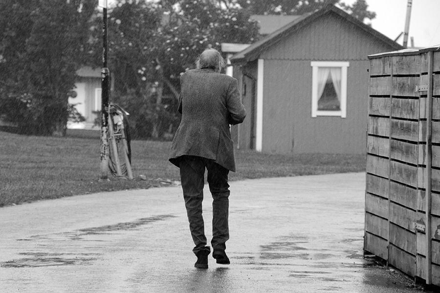 Ulf Gripenholm är en annan av landets stora bildkonstnärer som ställt ut i Borstahusen. I hukar han undan ösregnet i samband med hans vernissage mitt i sommaren 2013,