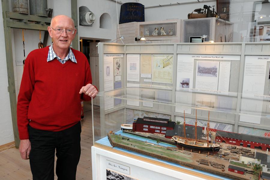Hugo Svensson är en av alla eldsjälar bakom Pumphuset. Här visar han utställningen träskeppsvarvens historia i Landskrona för Landskrona Direkt.
