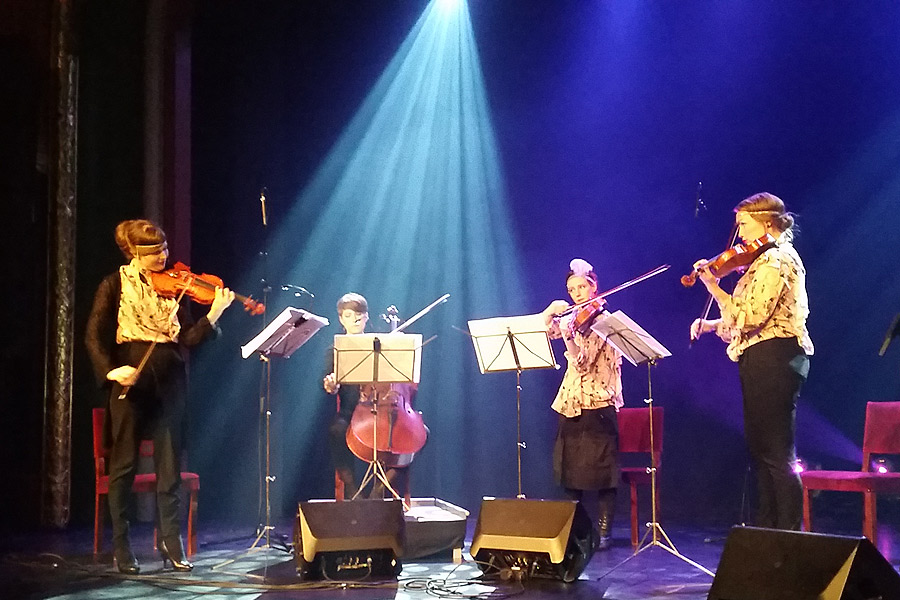 Stråkkvartetten Vindla består av Caroline Karpinska på violin, Gerda Holmquist på cello, Maria Bergström på violin samt Elina Nygren på viola. I grunden är de fyra klassiskt skolade men har parallellt med sina studier på Musikhögskolan i Malmö även fokuserat på andra genrer som jazz, pop och rock.