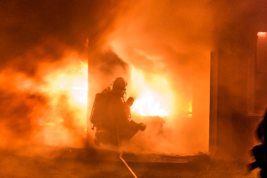 Vid midnatt batten mellan lördag och söndag brann det ordentligt i en koloni på S:t Olovs vång. Foto: André Tajti AT-Foto.se