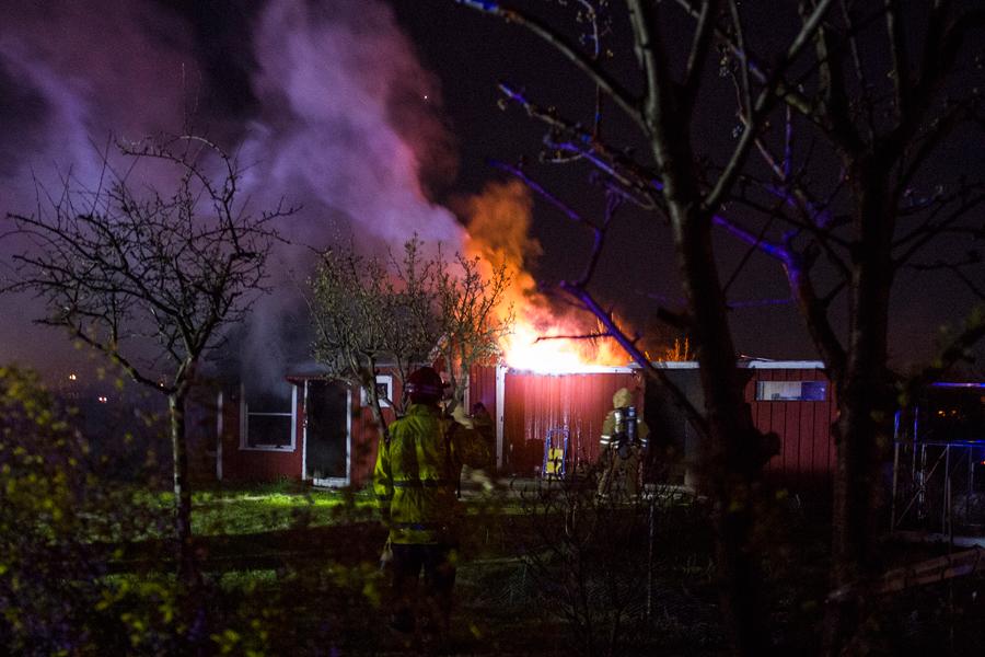 Vid midnatt batten mellan lördag och söndag brann det ordentligt i en koloni Ett par timmar efter att branden var släckt blossade den åter upp. Foto: André Tajti /AT-Foto.se