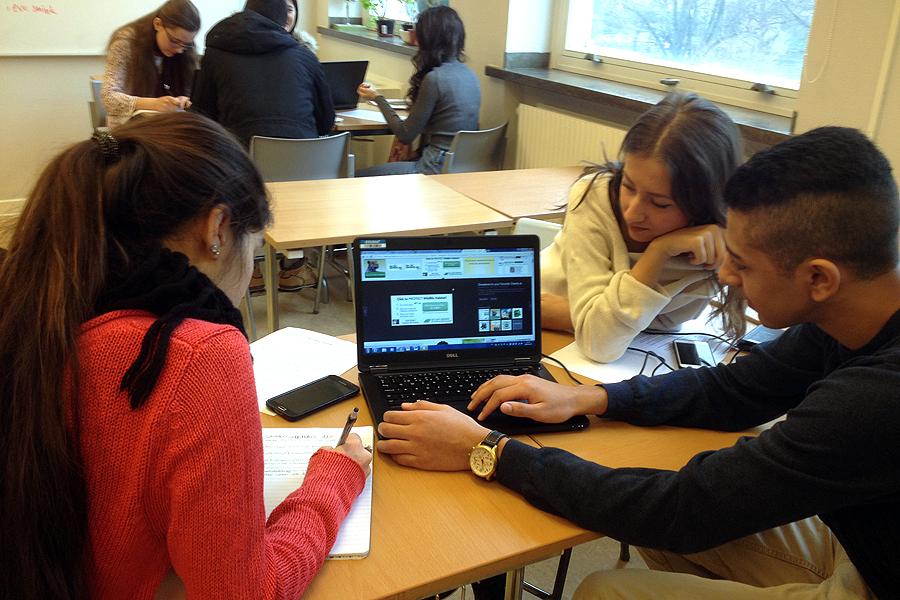 Elever förbereder sina  Earth Day projekt.