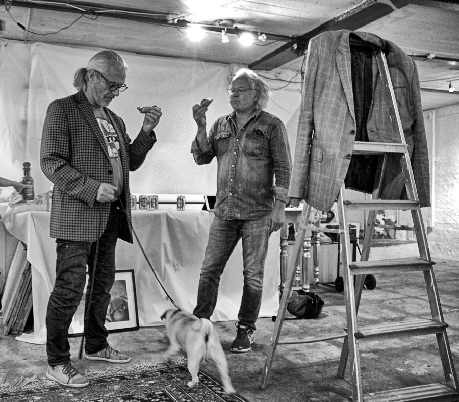 Anders Cöster med sin vän Hans Jonsson tar en paus i arbetet med en fotoutställning och passar på att klämma vars en korv.