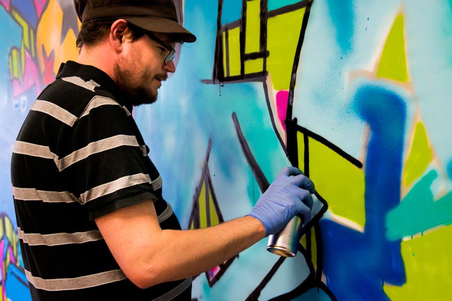 . Hos Glasorama fanns graffitikonstnären Henrik Thelin som tillsammans med besökarna satte färg på en hel vägg. Det färdiga konstverket är tänk att säljas för välgörande ändamål