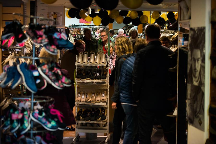 . I år fyller Wittings Skor 100 år. Firandet lockade till sig massor av folk till den anrika butiken.
