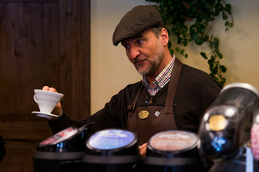 """David Vrabl från Kaffemagasinet gästade hos Flizans Te & Kaffe. Där bryggde han Landskronas eget """"Walters Kaffe"""" och bjöd på smakprover."""