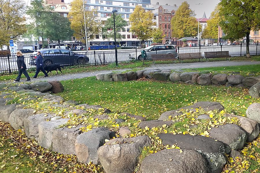 På kvarteret Jäntan finns också en markering av den gamla stadsporten, Österport, som idag utgör en fornlämning.