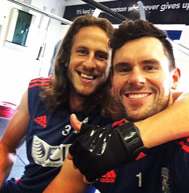 Jonas Olsson, här på gymmet tillsammans med WBA-kollegan Ben Foster, har ännu inte gett upp hoppet om att bilda mittbackslås under sommarens EM-slutspel i Frankrike. Foto: Selfie/Ben Foster.