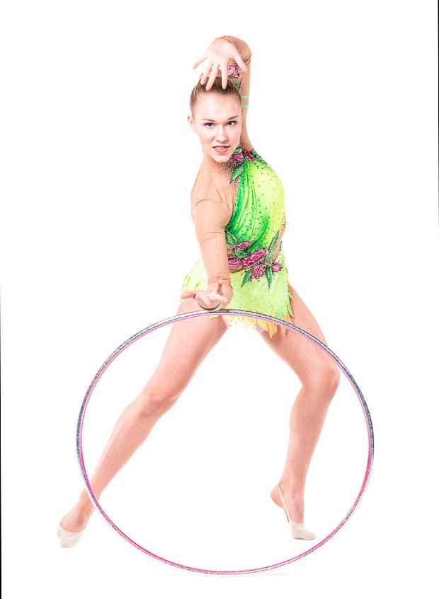 Endast 18 år gammal tvingas Josefin Olsson avbryta sin karriär som rytmisk gymnast. Foto: Leo Erdfelt