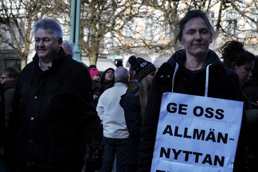 """Tidigare fullmäktigeledamoten Cecilia Mattsson hade snabbt fått till ett plakat med texten """"Ge oss allmännyttan tillbaka NU!"""