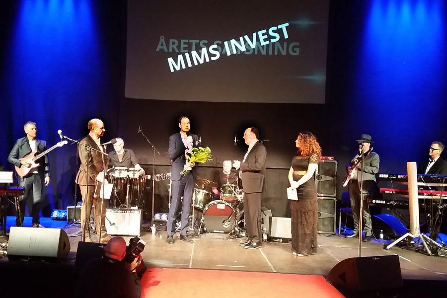 Mårten Mårtensson för Mims låter sig intervjuas av kommunstyrelsens ordförande Torkild Strandberg i samband med att han tar emot priset för årets satsning.
