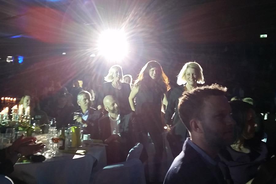 Representanter för Äventyrsskolan på väg upp på scen för att ta emot priset för årets nyföretagare.