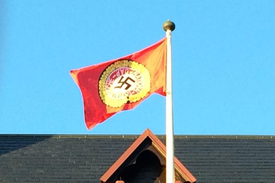 Nazistflagga vajade på Rådhustorget