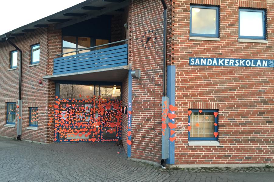 Massor av klippta hjärtan sattes på torsdagskvällen upp på Sandåkerskolan.