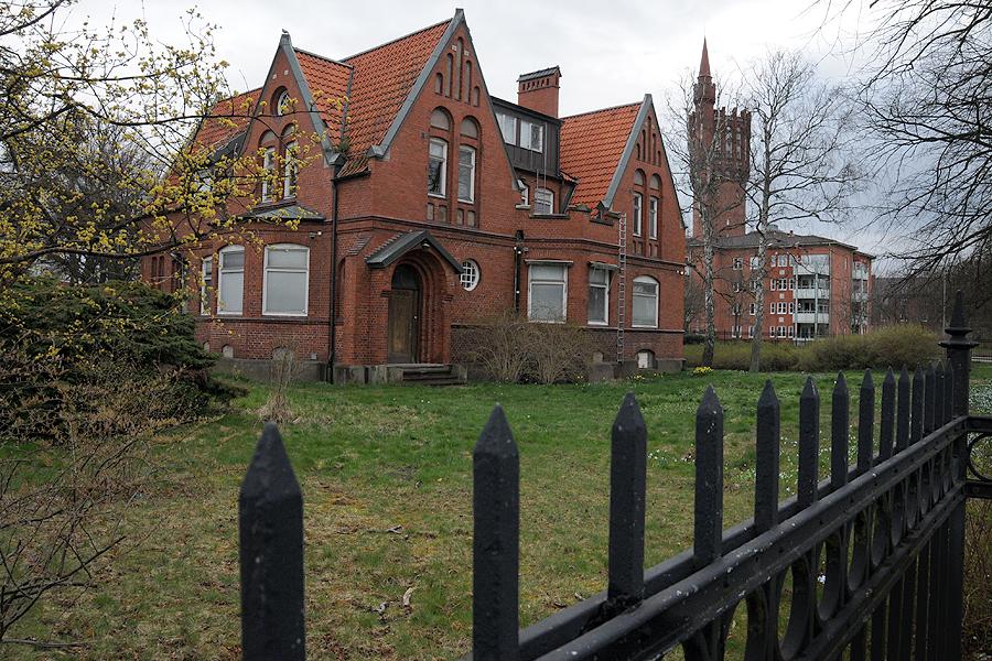 Överläkarvillan från 1909 kommer att rustas upp och högst troligt innehålla fyra lägenheter om 80 kvm vardera. Eventuellt kan det bli fråga om att en förskola etablerar sig i huset.
