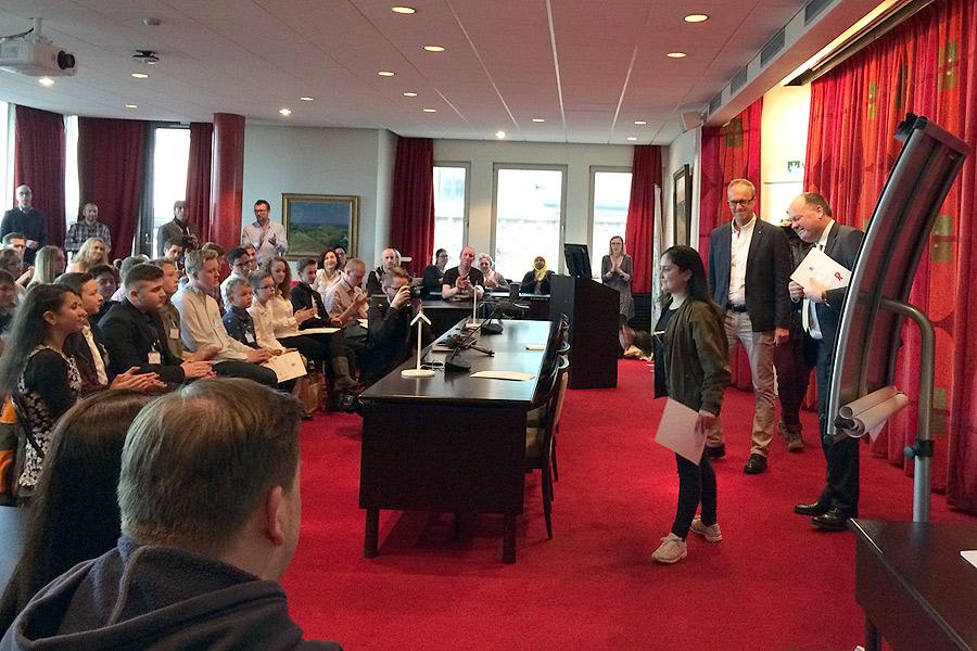 Utbildningsförvaltningens chef Anders Grundberg och kommunstyrelsens ordförande Torkild Strandberg delade ut stipendier till 28 elever som utmärkt sig. Foto: Monika Torkar