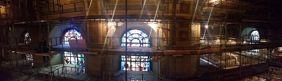 Hela Sofia Albertina kyrka är täkt av byggnadsställningar såväl utomhus som inomhus.