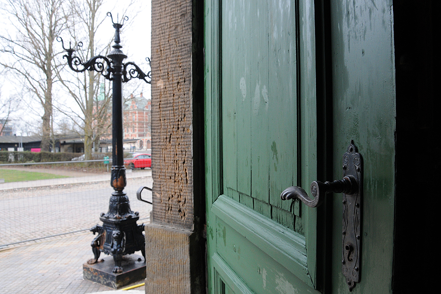 En av entréportarna har provmålats i den gröna färg som de en gång haft och som också är meningen att de ska ha i framtiden.