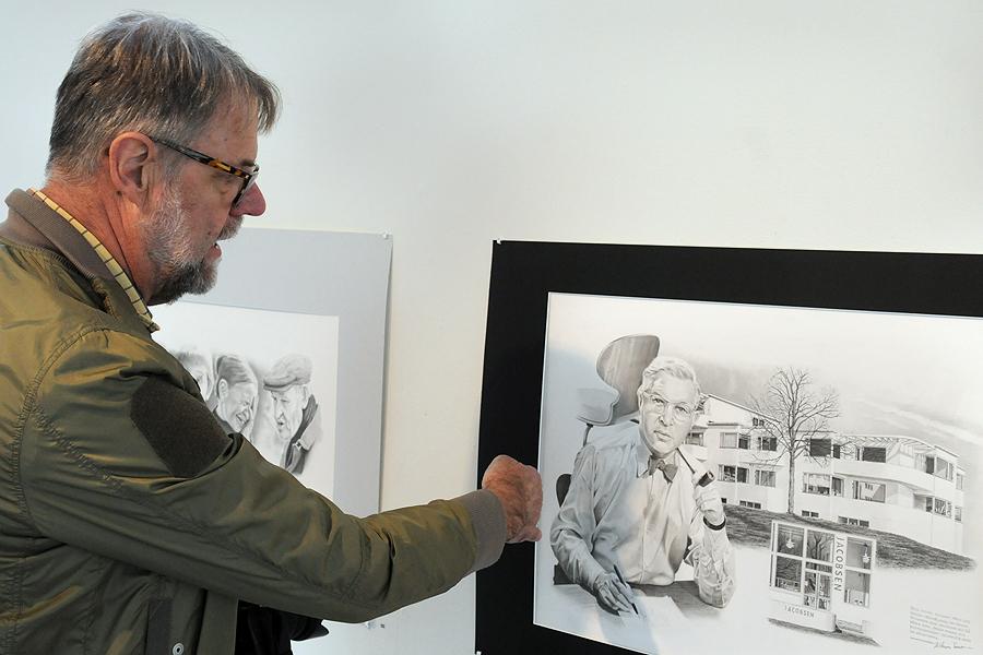 Bo Ingvar Svensson visar hur han tecknar från vänster till höger. Här har han tecknat ett porträtt av den danske designern och arkitekten Arne Jacobsen. På bilden har han dessutom fått med stolen Myran och bostadsområdet Bellavista norr om Köpenhamn.
