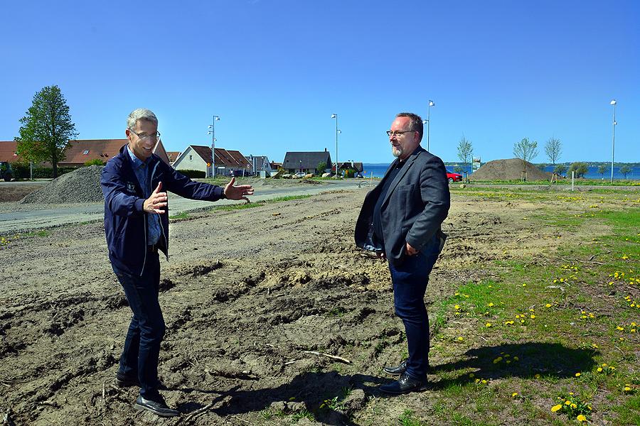 - Här kommer en garagenerfart att byggas, säger Anders Olsson och pekar ut platsen.