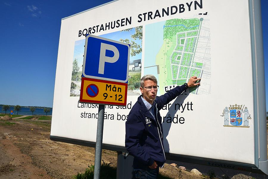 Anders Olsson pekar ut var BRF Brisen ska byggas med start till sommaren.