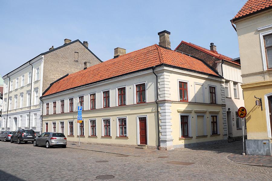 Fram till någon gång mellan 1944 och 1949 låg affären på Drottninggatan 19. Mot slutet av 40-talet låg affären och verkstaden här på Norra Långgatan 7, där den låg kvar fram till nedläggningen.