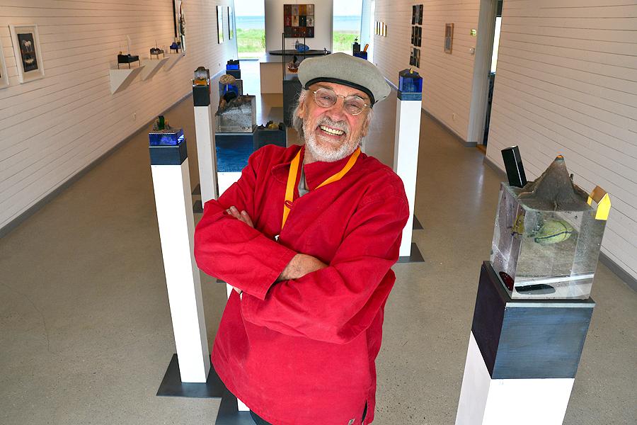 Bertil Vallien trivs med att vara tillbaka i Borstahusen. - Vilken härlig utställningslokal och vilka entusiastiska ideella krafter det finns i konstföreningen här, berömmer den världskände glaskonstnären.