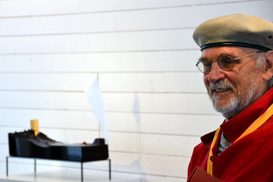 Landskap och svartglas är nyheter i Bertil Valliens konstnärskap.