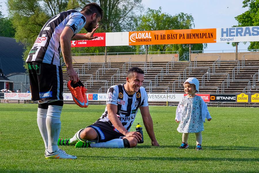 Igor Arsenijevic hälsar på Admir Aganovics dotter efter matchen. En bild som väl speglar den lättnad som infann sig efter att BoIS tagit sin fjärde raka viktoria på hemmaplan. Foto: Ulf Bjarke, Foto261.se