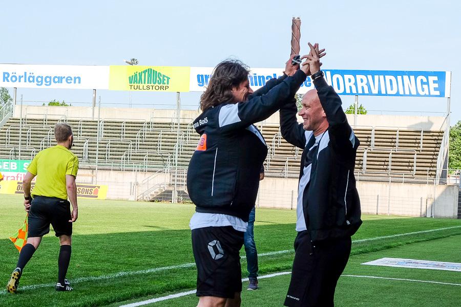 Agim Sopi och assisterande tränare Billy Magnusson var lättade när domare Fredrik Hansson blåste av matchen. Foto: Ulf Bjarke, Foto261.se