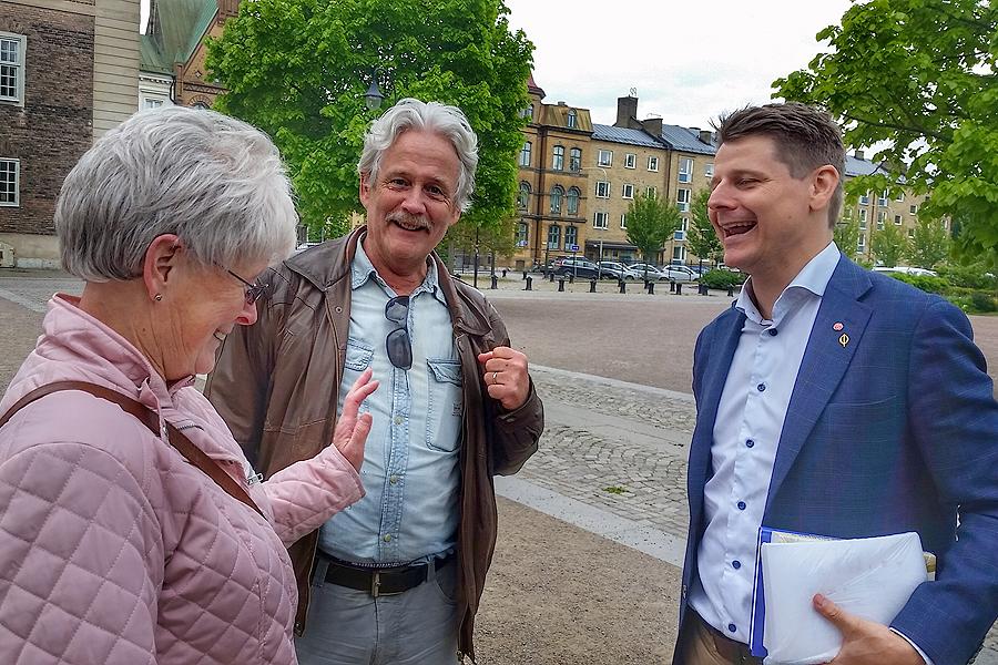 Eva Örtegren var framme och pratade bostadspolitik med Anders Kjellström och Niklas Karlsson efter deras tal.