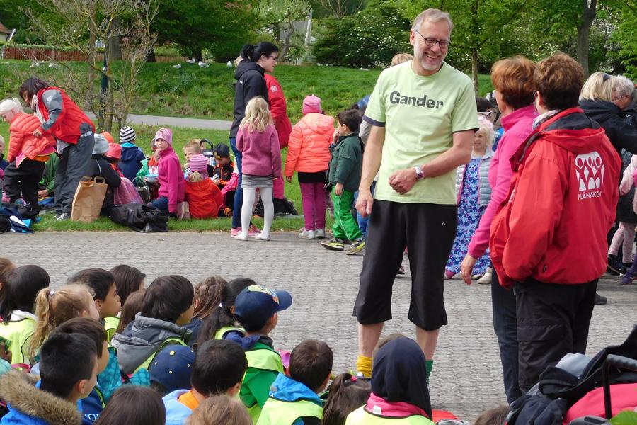 Efter spelningen minglade artisterna runt bland klasserna. Här är det Gander som hälsar på barnen från Pilängskolan. Foto: Natalie Hultgren.