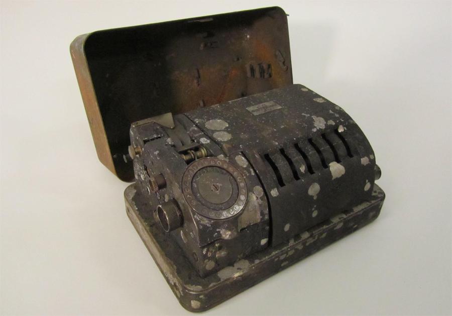 Den svårt skadade CX-54an som hittades vid Dag Hammarskjölds plan i Ndola. Foto: Crypto AG, Zug.