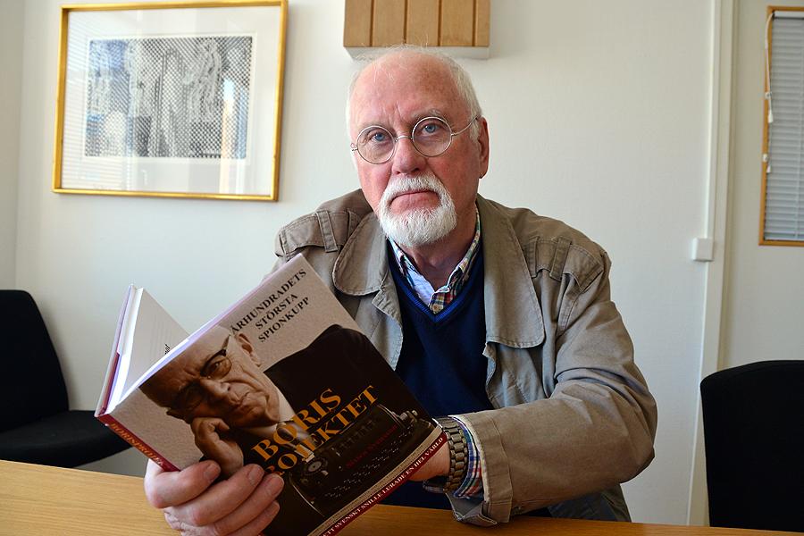 """Sixten Svensson med sin nyutkomna bok """"Borisprojektet""""."""