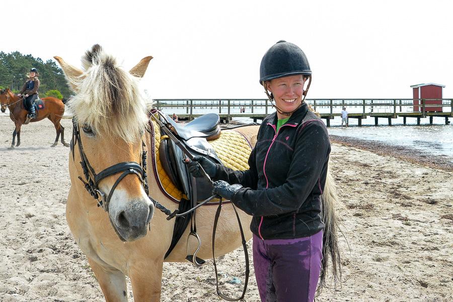 En väldigt nöjd norsk fjordhäst Silje med till synes lika nöjd Emelie Warmenius.