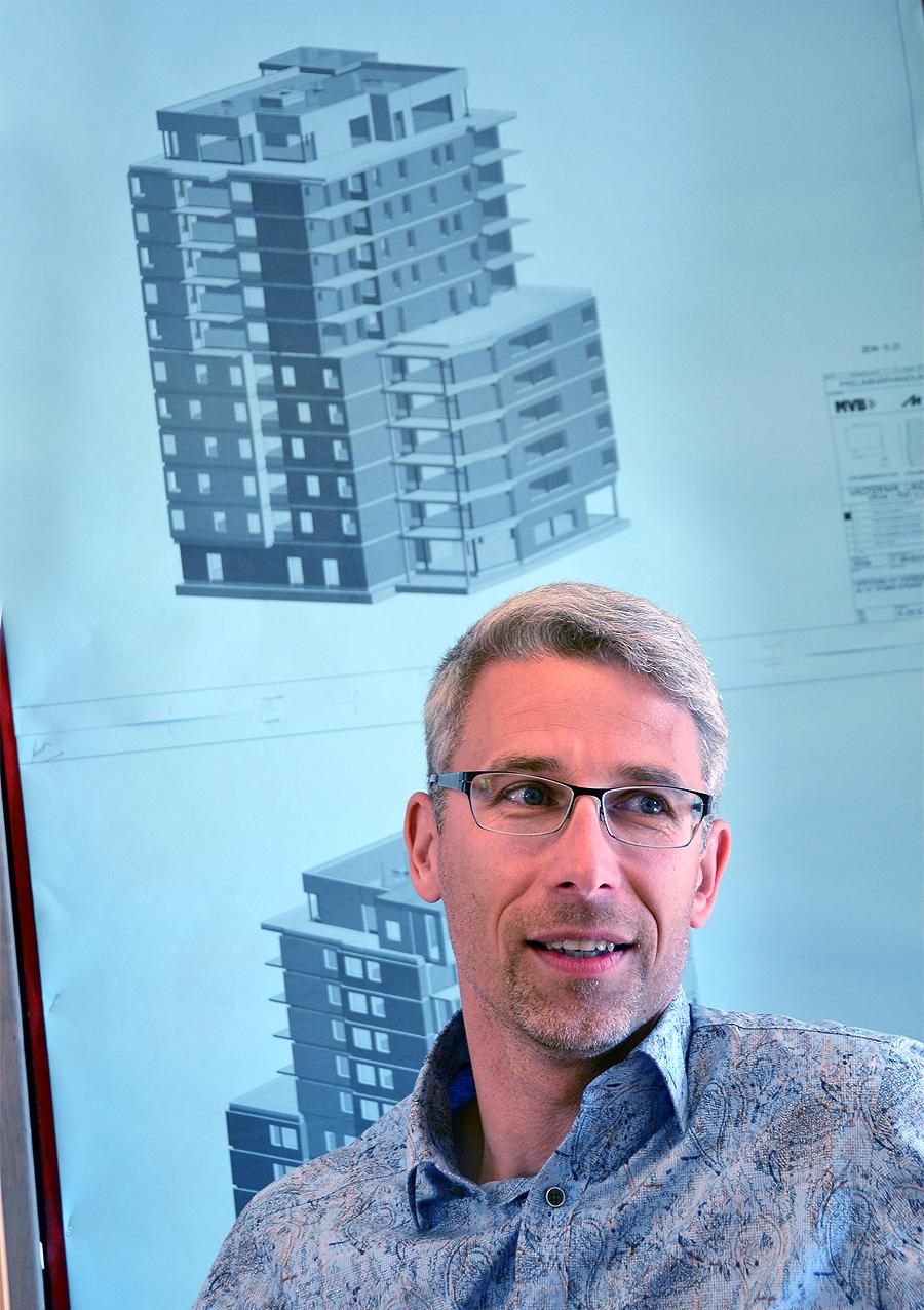 Anders Olsson, projektchef på HSB Landskrona berättar med inlevelse om hur fastigheten är uppbyggd.