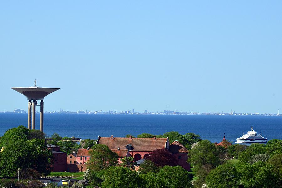 Havsutsikt som heter duga och Köpenhamn tornar upp sig i horisonten.