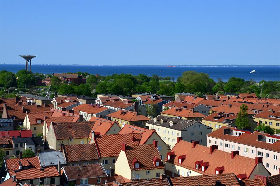 De röda hustaken, de gröna parkerna och sundets blå vatten, en tavla att njuta från de nya bostäderna.
