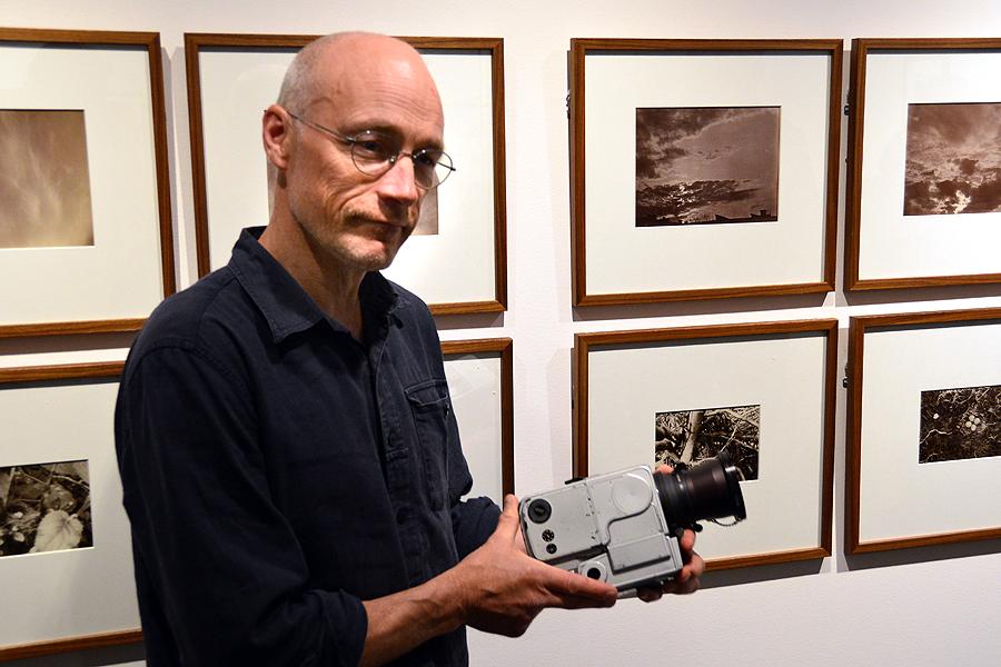 """Kanske är det fotohistoriens mest kända bild. Den togs av astronauten Neil Armstrong och visar Edwin """"Buzz"""" Aldrin på månens yta den 21 juli 1969. Kameran som användes var en specialkamera framtagen av Hasselblad.  Kvar på månen har tolv kameror lämnats men i utställningen kan du skåda en riktig raritet som alltså finns på jorden och just nu i Landskrona."""