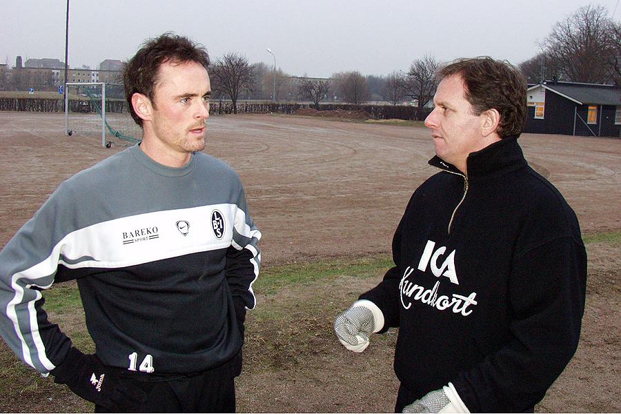 Auðun Helgason gör sin första träning med Landskrona BoIS den 24 januari 2003 och får här instruktioner av tränare Janne Jönsson.