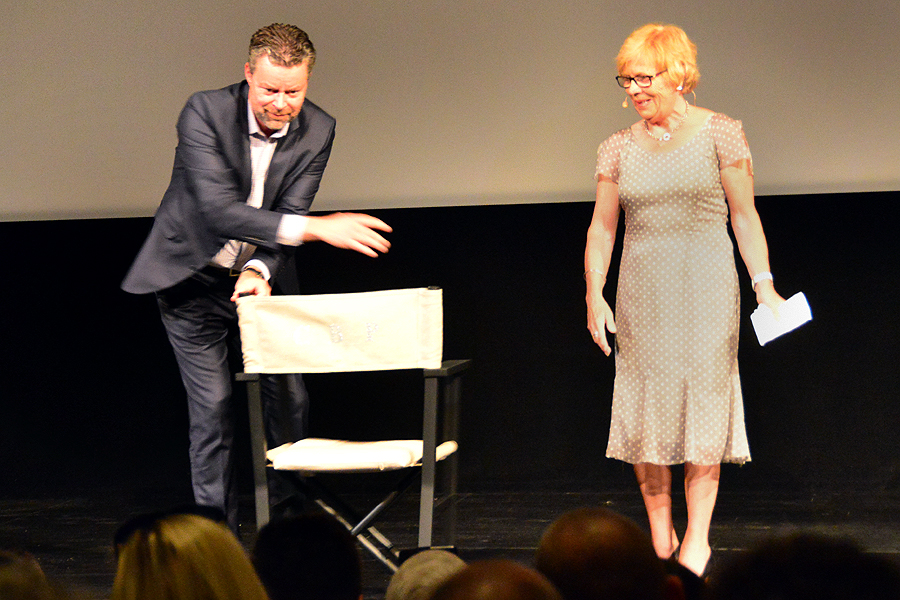 Kjell Thoresson och Gunlög Stenfeldt med kommunens present till regissören.