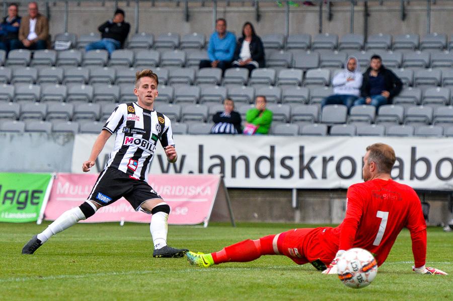 När Rasmus Alm gör 3-0 så är matchen slut. Foto: Ulf Bjarke, Foto261.se