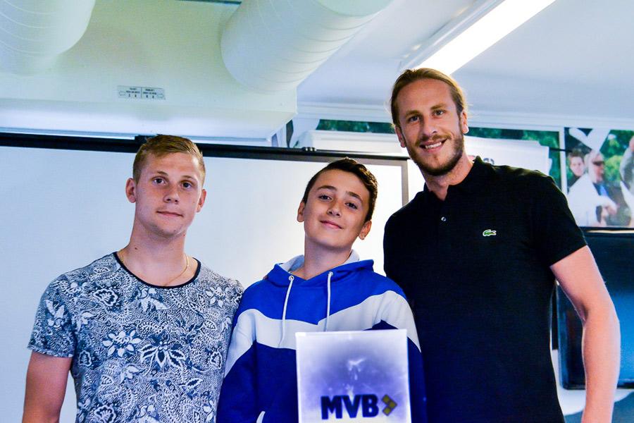Omer Hodzic fick ta emot ett stipendium av Erik Andersson och Jonas Olsson.  Foto: Ulf Bjarke,