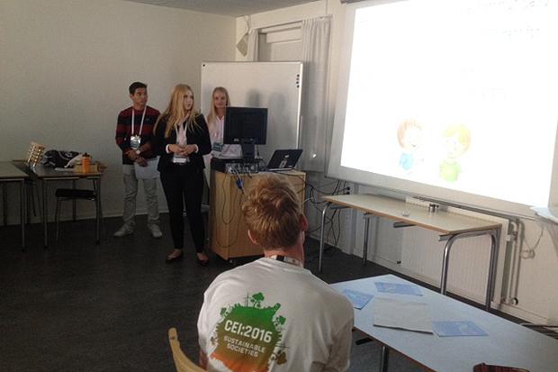Igår hölls den första omgången föredrag. Malin Wiik, Ali Reza Rezai och Fredrika Viberg höll en powerpointpresentation om Construction for a sustainable future. - Presentationen gick utmärkt, intygar Karin Warlin.