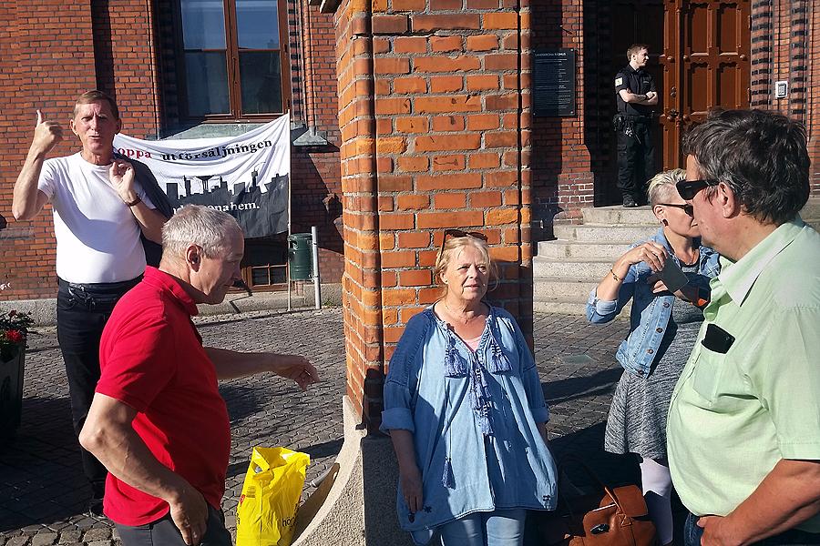 Politikerna mötes av en mindre demonstration när de anlände till dagens fullmäktigemöte.