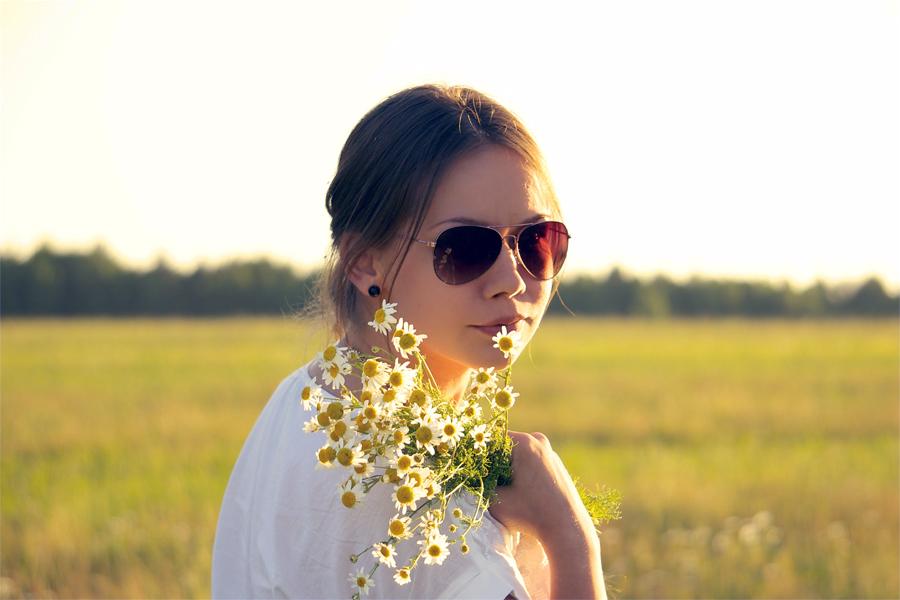 Ta gärna med dig blommor när det är dags att klä midsommarstången.