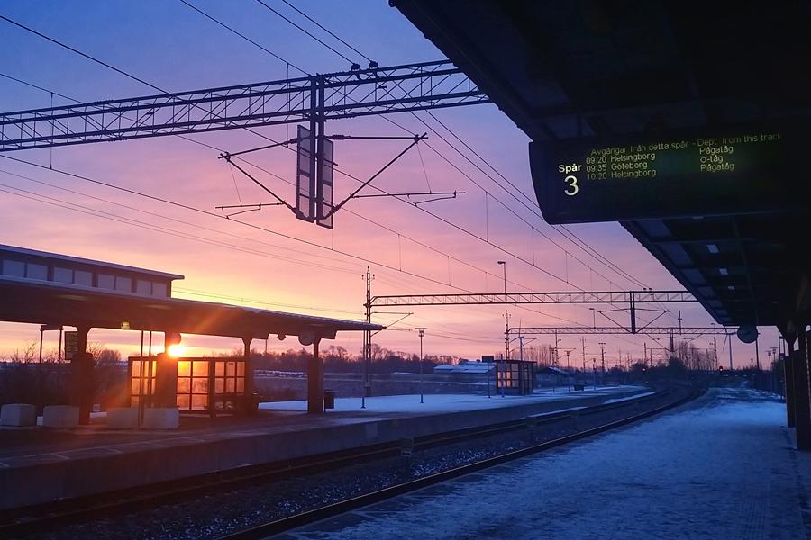På Landskrona station i väntan på ett Öresundståg till Göteborg.
