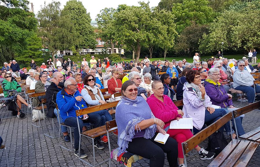 Trogen publik var på plats vid årets första allsångskväll. Foto: Sven Pettersson.