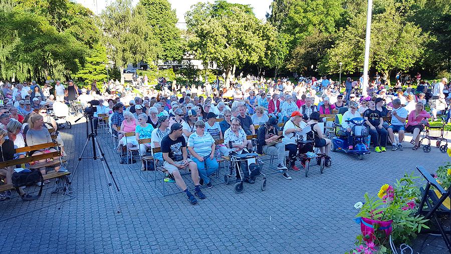 Den härliga sommarkvällen lockade många och inbjöd dessutom till picknick i gröngräset. Foto: Sven Pettersson.